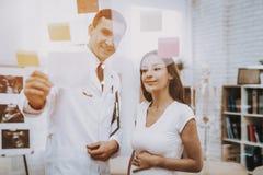 Schwangeres Mädchen am Gynäkologen Doctor stockbilder
