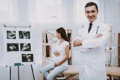 Schwangeres Mädchen am Gynäkologen Doctor lizenzfreie stockfotos