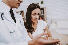 Schwangeres Mädchen am Gynäkologen Doctor stockfoto