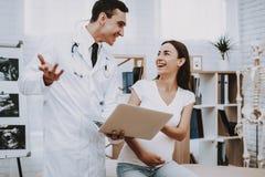 Schwangeres Mädchen am Gynäkologen Doctor lizenzfreies stockfoto