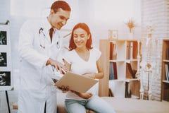 Schwangeres Mädchen am Gynäkologen Doctor stockfotos