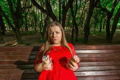 Schwangeres Mädchen im Park Stockbilder
