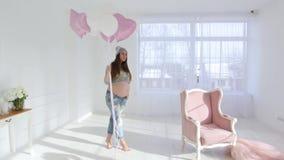 Schwangeres Mädchen mit Ballonen stock video