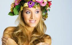 Schwangeres Mädchen mit Blume Wreath Stockfotos