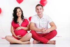 Schwangeres Mädchen und Junge mit rotem Herzen formen Lizenzfreies Stockfoto