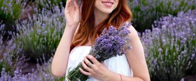 schwangeres M?dchen im Lavendel im Sommergarten stockfotografie