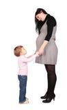 Schwangeres Mädchen mit kleinem Mädchen Stockbild