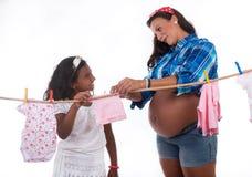 Schwangeres Montag- und Tochterspielen lizenzfreies stockfoto