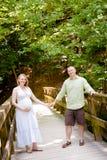 Schwangerschaft: Ein Paar, das draußen geht stockfotografie