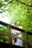 Schwangerschaft: Ein Paar, das Natur genießt lizenzfreies stockbild