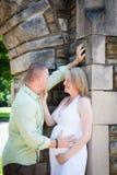 Schwangerschaft: Glückliche Eltern, die miteinander sprechen lizenzfreies stockbild