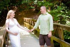 Schwangerschaft: Glückliches Coulple draußen lizenzfreie stockbilder