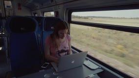 Schwangerschafts-Frau, die mit Laptop auf einem Zug arbeitet stock video