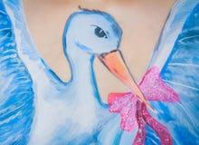 Schwangerschaftsfrau mit Körperkunst des Storchs Stockbilder