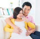 Trinkwasser der schwangeren Frau Lizenzfreies Stockfoto
