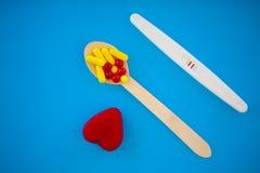 Schwangerschaftstest das Ergebnis ist mit zwei Streifen positiv Behandlung von Unfruchtbarkeit mit Pillen, Hilfe im Begreifen ein stockbilder