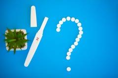 Schwangerschaftstest das Ergebnis ist mit zwei Streifen positiv Behandlung von Unfruchtbarkeit mit Pillen, Hilfe im Begreifen ein stockfoto