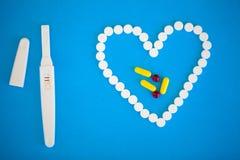 Schwangerschaftstest das Ergebnis ist mit zwei Streifen positiv Treatmen Lizenzfreies Stockfoto