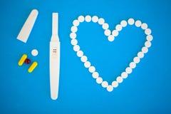 Schwangerschaftstest das Ergebnis ist mit zwei Streifen positiv Treatmen Lizenzfreie Stockfotos
