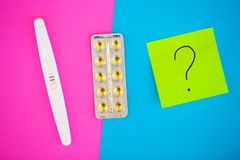 Schwangerschaftstest das Ergebnis ist mit zwei Streifen positiv Treatmen Lizenzfreie Stockfotografie