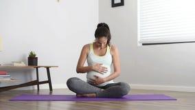 Schwangerschaftsyogaübung stock footage