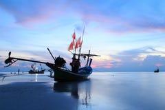 Schwanzboot an der Dämmerung. Lange Berührungstechnik Lizenzfreie Stockfotos