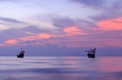 Schwanzboot an der Dämmerung. Lange Berührungstechnik Lizenzfreies Stockfoto