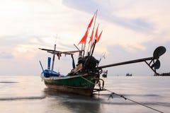 Schwanzboot an der Dämmerung. Lange Berührungstechnik Stockfoto