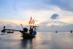 Schwanzboot an der Dämmerung. Lange Berührungstechnik Stockbilder