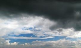 Schwarz- blauer Himmel mit einer großen Sturmwolke lizenzfreies stockfoto