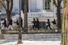Schwarz-gekleidete Gruppe tut Tai Chi auf Ile de la Cite in Paris, Frankreich Stockfotografie