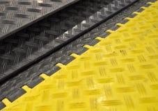 Schwarz-gelbe Drehzahlstösse Buckel stockfotografie
