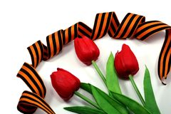 Schwarz-orange Band mit drei Blumen einer Tulpe Stockfoto