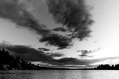 Schwarz u. Weiß des Sonnenuntergangs am Meydenbauer-Strand-Park bei Bellevue, Washington, Vereinigte Staaten Lizenzfreies Stockbild