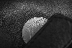 Schwarz- und hitefoto der schwarzen ledernen Geldbörse und ein Cent Euro, Armut, bankrott oder Sparsamkeit, Sparsamkeit symbolisi Stockbild