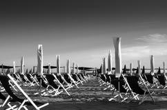 Schwarz und mit Landschaft eines organisierten Strandes Stockfotografie