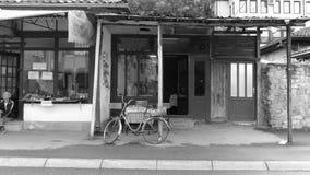 Schwarz-weiße Ansicht-Einkaufsstraße in Novi Pazar, Serbien stockfotos