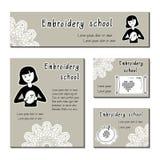 Schwarz-weiße Kartenschablone für Stickereischule, handgemachter Shop Stickendes Mädchen der flachen Ikone Satz der Schablone für Lizenzfreies Stockbild