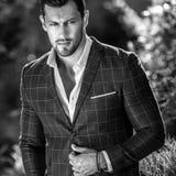 Schwarz-weißes Porträt im Freien des eleganten gutaussehenden Mannes im klassischen der Jacke Naturhintergrund wieder Lizenzfreies Stockbild