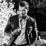 Schwarz-weißes Porträt im Freien des eleganten gutaussehenden Mannes im klassischen der Jacke Naturhintergrund wieder Lizenzfreies Stockfoto