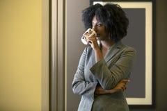 Schwarzafrikaner-amerikanische weibliche Geschäftsfrau Having Coffee stockbild