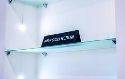 Schwarzblech in einem Bekleidungsgeschäft mit einer Zeichen NEUEN SAMMLUNG Stockbilder