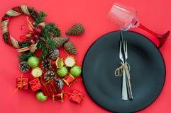 Schwarzbleche und Weinlesetischbesteck mit Weihnachtsdekorationen stockbilder