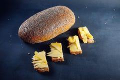 Schwarzbrot mit Käse Stockfotos