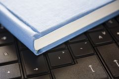 Schwarzcomputer des blauen Buches lizenzfreie stockbilder