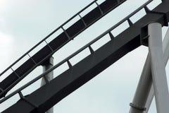 Schwarze Achterbahnbahn und Silberunterstützung Lizenzfreie Stockbilder