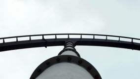 Schwarze Achterbahnbahn und Silberunterstützung Lizenzfreies Stockbild