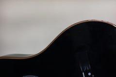 Schwarze Akustikgitarrekörperform Stockfotos