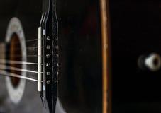 Schwarze Akustikgitarrerückseitennahaufnahme Stockfoto