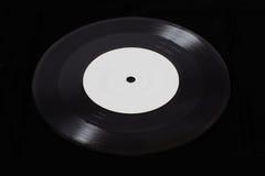Schwarze alte Grammophonscheibe auf schwarzem Hintergrund Lizenzfreie Stockfotos